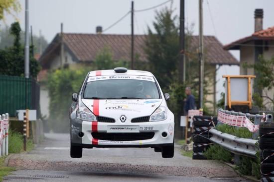 L'auto andata in fiamme, in cui hanno perso la vita i due rallysti svizzeri