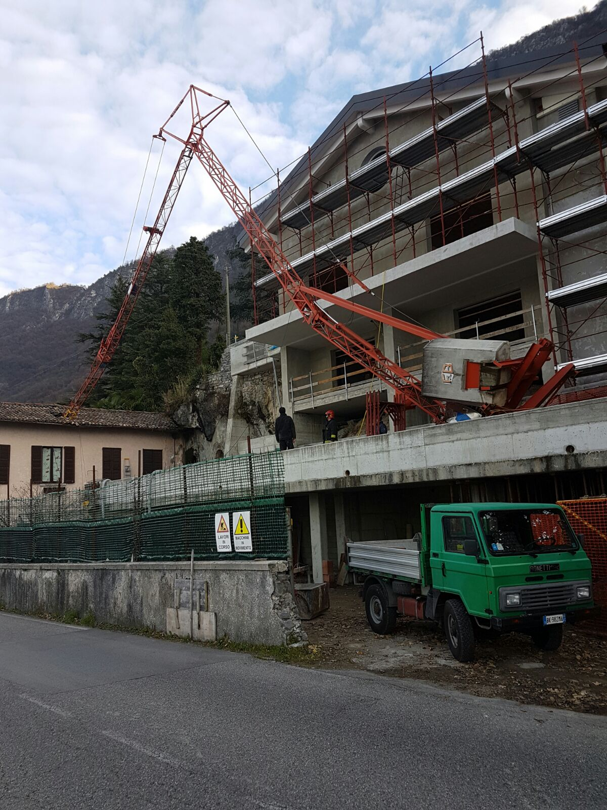 Fiumelatte la gru del cantiere vicino gli sfonda il tetto - Alzare il tetto di casa ...