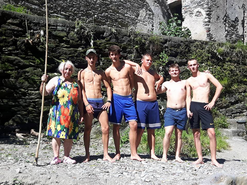 Dervio cinque ragazzi puliscono la roggia dove fanno il bagno lario news - Cinque terre dove fare il bagno ...